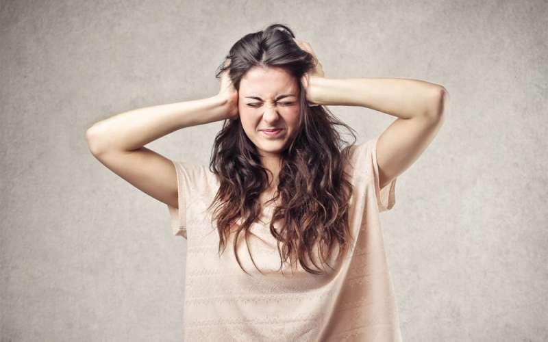 Szum w uszach – z czego wynika i jak sobie z nim radzić?